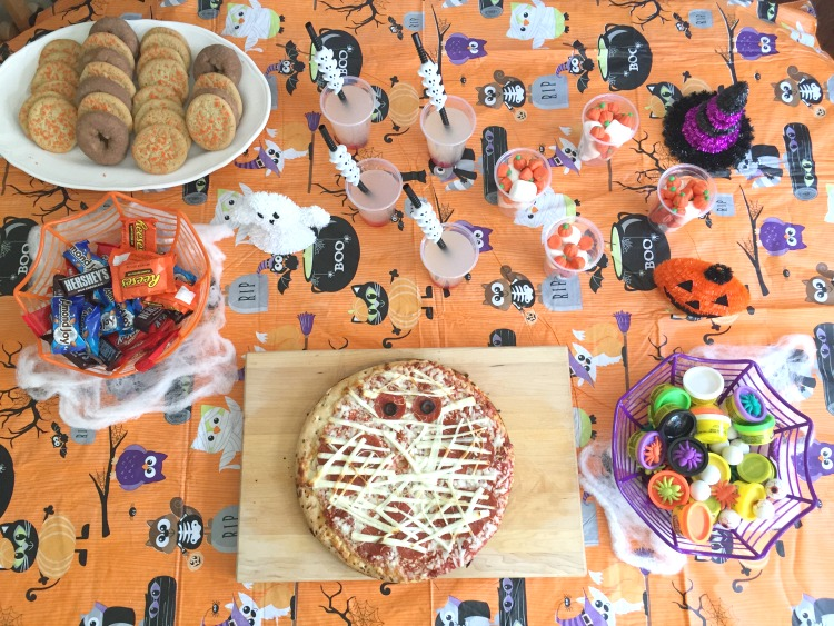 easy-halloween-party-mummy-pizza