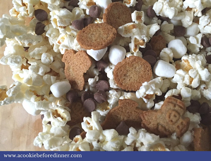 S'mores popcorn is a great way to jazz up traditional popcorn. Who doesn't love the taste of s'mores?
